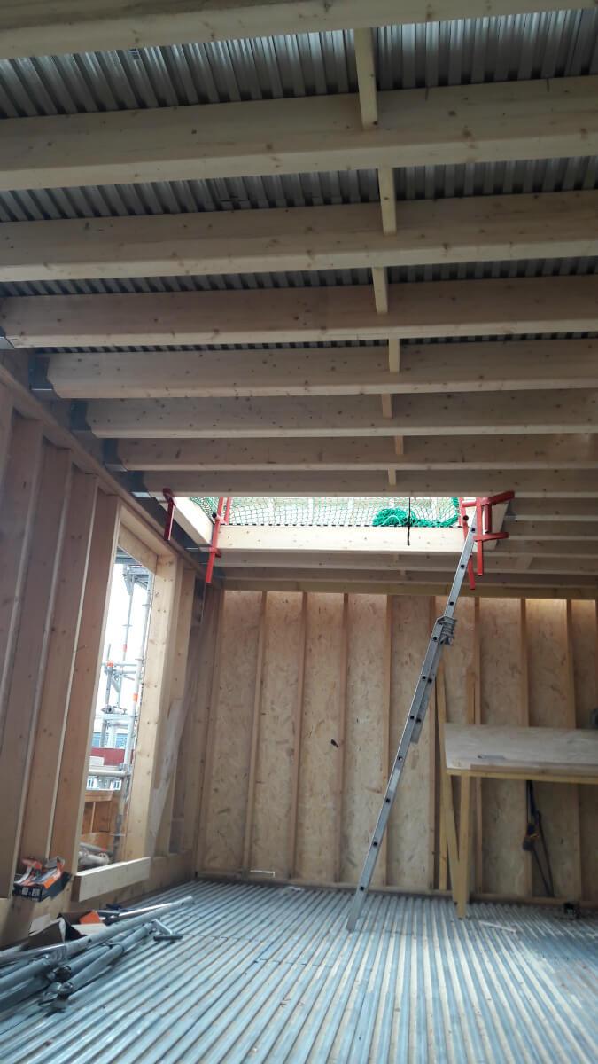 sur l vation en ossature bois et cr ation d une toiture terrasse v g talis e. Black Bedroom Furniture Sets. Home Design Ideas