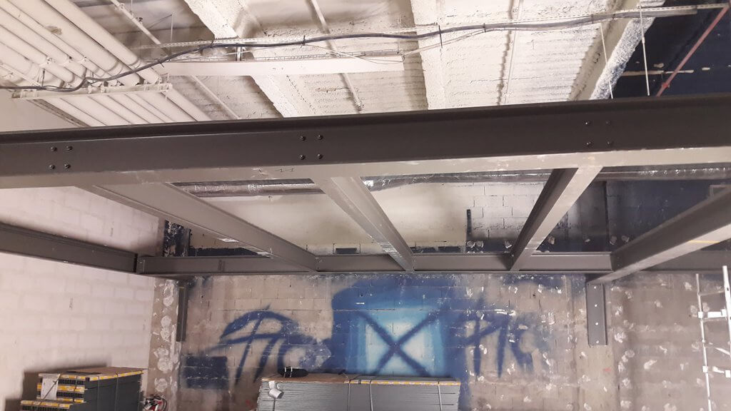 Début de la pose de bacs acier LEWIS pour une mezzanine